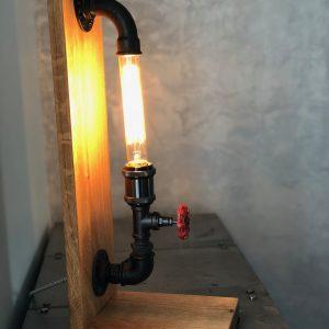 lampe industrielle en tuyaux de plomberie en fonte et en bois de chêne