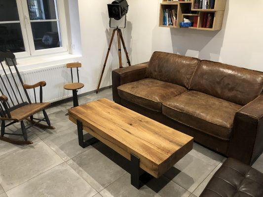 table poutres de chêne dans un salon en décoration industrielle